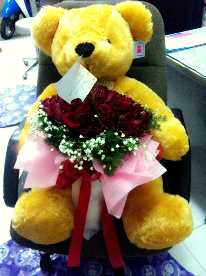 Valentine Day Present - 99 Roses And A Huge Bear